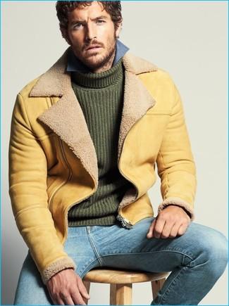 Comment porter: veste en peau de mouton retournée marron clair, pull à col roulé en tricot vert foncé, chemise à manches longues en chambray bleue, jean bleu clair