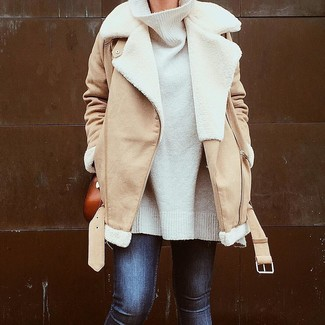 Comment porter un sac bandoulière en cuir tabac: Pense à porter une veste en peau de mouton retournée marron clair et un sac bandoulière en cuir tabac pour une tenue relax mais stylée.