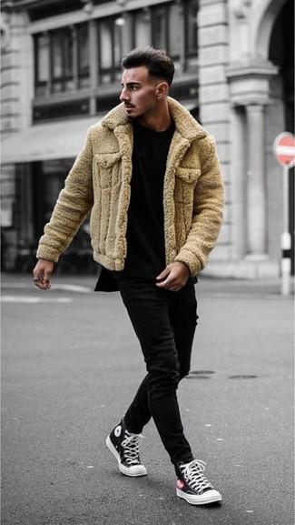 Comment porter: veste en peau de mouton retournée marron clair, t-shirt à col rond noir, jean skinny noir, baskets montantes en toile noires et blanches