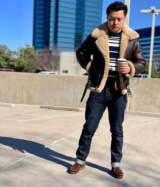 Comment porter: veste en peau de mouton retournée marron foncé, pull à col rond à rayures horizontales bleu marine et blanc, jean bleu marine, bottes de travail en cuir marron