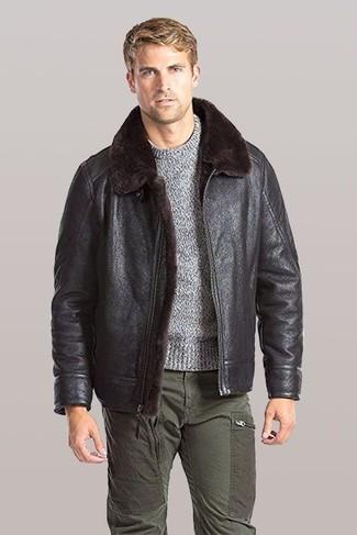 Comment porter: veste en peau de mouton retournée marron foncé, pull à col rond gris, pantalon cargo olive
