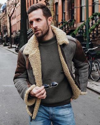 Comment porter: veste en peau de mouton retournée marron foncé, pull à col rond olive, jean bleu