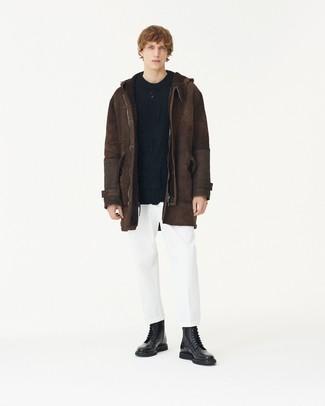 Comment porter: veste en peau de mouton retournée marron foncé, pull torsadé noir, pantalon chino blanc, bottes de loisirs en cuir noires