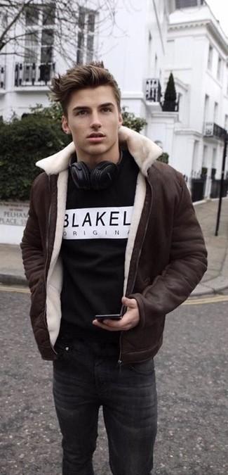 Tenue: Veste en peau de mouton retournée marron foncé, Sweat-shirt imprimé noir et blanc, Jean noir