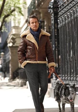 Comment porter une veste en peau de mouton retournée tabac pour un style elégantes: Choisis une veste en peau de mouton retournée tabac et un pantalon de costume gris foncé pour dégager classe et sophistication.
