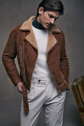 Comment porter: veste en peau de mouton retournée marron, pull à col rond blanc, pull à col roulé gris foncé, pantalon chino gris