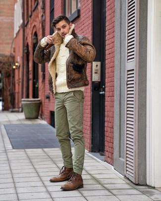Tenue: Veste en peau de mouton retournée marron, Pull torsadé blanc, Pantalon cargo vert, Bottes de loisirs en cuir marron
