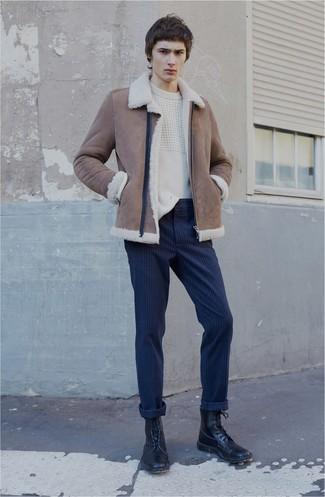 Comment porter: veste en peau de mouton retournée marron, pull torsadé blanc, pantalon chino à rayures verticales bleu marine, bottes de loisirs en cuir noires