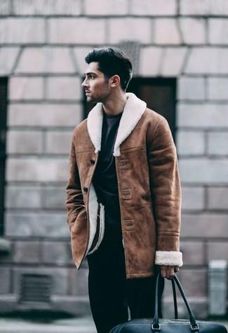 Comment porter: veste en peau de mouton retournée marron, sweat-shirt noir, pantalon de costume noir, fourre-tout en cuir noir
