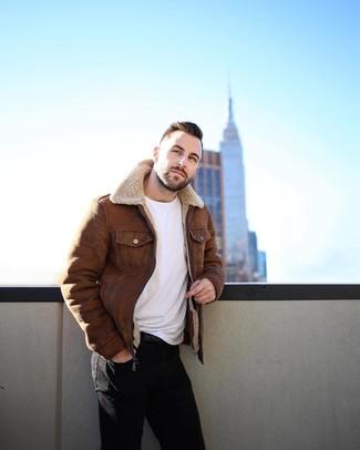 Comment porter: veste en peau de mouton retournée marron, t-shirt à col rond blanc, jean skinny noir