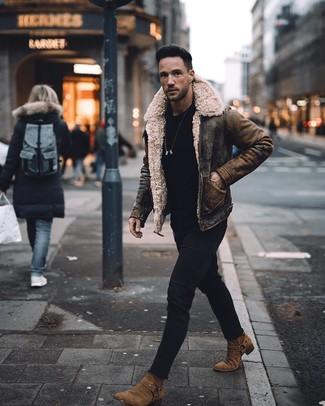 Comment porter: veste en peau de mouton retournée marron, t-shirt à col rond noir, jean skinny noir, bottines chelsea en daim marron