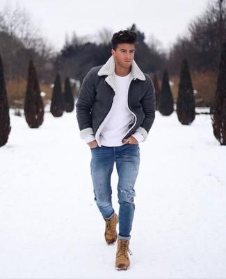 Comment porter: veste en peau de mouton retournée noire et blanche, pull à col rond blanc, jean skinny déchiré bleu, bottes de loisirs en nubuck marron clair