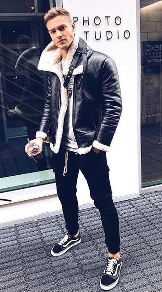 Comment porter: veste en peau de mouton retournée noire et blanche, sweat-shirt imprimé gris, pantalon de jogging noir, baskets basses en toile noires et blanches