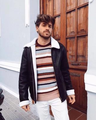 Comment porter: veste en peau de mouton retournée noire, pull à col rond à rayures horizontales multicolore, pantalon chino blanc