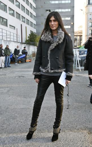 Comment porter: veste en peau de mouton retournée noire, pull à col rond gris, jean skinny en cuir noir, bottines en daim à clous noires
