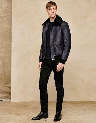 Comment porter: veste en peau de mouton retournée noire, pull à col rond noir, jean noir, bottines chelsea en cuir noires
