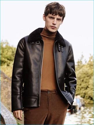 Comment porter: veste en peau de mouton retournée noire, pull à col roulé marron, pantalon chino marron