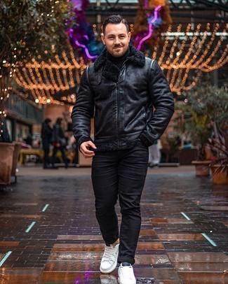 Comment porter des baskets basses en toile blanches et noires: Opte pour une veste en peau de mouton retournée noire avec un jean noir pour une tenue idéale le week-end. Jouez la carte décontractée pour les chaussures et fais d'une paire de des baskets basses en toile blanches et noires ton choix de souliers.