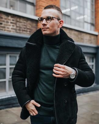 Comment porter: veste en peau de mouton retournée noire, pull à col roulé vert foncé, jean skinny bleu marine, montre argentée