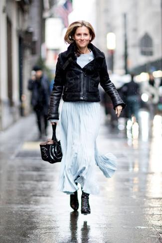 Comment porter: veste en peau de mouton retournée noire, robe longue bleu clair, bottines à lacets en cuir noires, sac fourre-tout en cuir à clous noir