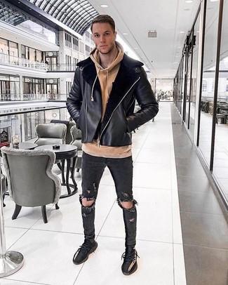 Comment porter: veste en peau de mouton retournée noire, sweat à capuche marron clair, jean skinny déchiré noir, chaussures de sport noires