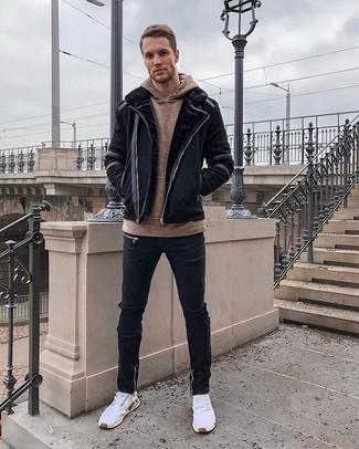 Comment porter: veste en peau de mouton retournée noire, sweat à capuche marron, jean skinny déchiré noir, chaussures de sport blanches