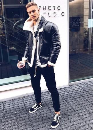 Comment porter: veste en peau de mouton retournée noire, sweat-shirt imprimé gris, pantalon de jogging noir, baskets basses noires