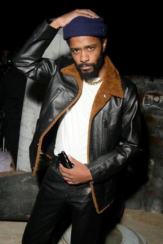 Comment porter: veste en peau de mouton retournée noire, t-shirt à col rond blanc, jean en cuir noir, bonnet bleu marine