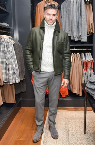 Comment porter un pantalon de costume en laine gris: Opte pour une veste en peau de mouton retournée olive avec un pantalon de costume en laine gris pour une silhouette classique et raffinée. Cette tenue est parfait avec une paire de des bottines chelsea en daim grises.