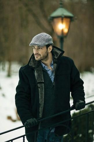Comment porter une casquette plate à chevrons grise: Pour une tenue aussi confortable que ton canapé, choisis une veste en peau de mouton retournée noire et une casquette plate à chevrons grise.