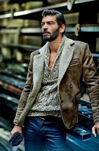 Comment porter des gants en laine bleu marine: Pense à porter une veste en peau de mouton retournée marron et des gants en laine bleu marine pour un look idéal le week-end.