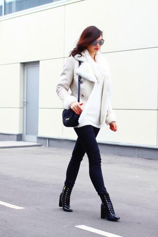 Comment porter: veste en peau de mouton retournée blanche, pull à col boule blanc, jean skinny noir, bottines à lacets en cuir noires