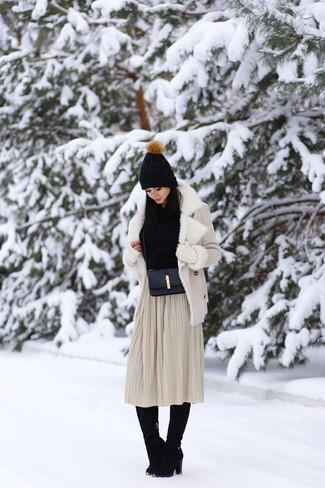Comment porter: veste en peau de mouton retournée beige, pull à col boule noir, jupe mi-longue plissée beige, bottes hauteur genou en daim noires