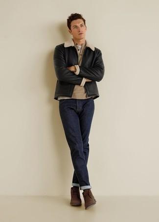 Comment porter un pull à col boutonné: Associer un pull à col boutonné avec un jean bleu marine est une option confortable pour faire des courses en ville. Cet ensemble est parfait avec une paire de bottines chukka en daim marron.