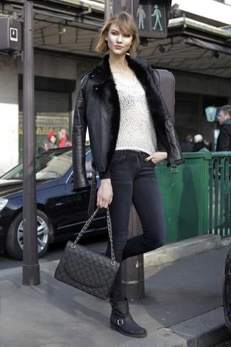 Comment porter: veste en peau de mouton retournée noire, pull à col en v blanc, jean skinny noir, bottes mi-mollet en cuir noires