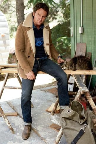 Comment porter: veste en peau de mouton retournée marron clair, pull à col rond imprimé bleu marine, chemise en jean bleu marine, jean bleu marine
