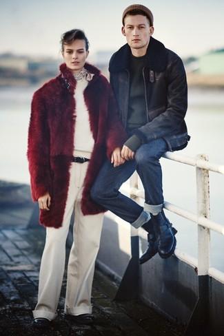 Comment porter: veste en peau de mouton retournée noire, pull à col rond noir, jean bleu marine, bottes de loisirs en cuir noires