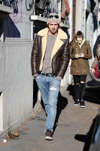 Comment porter: veste en peau de mouton retournée marron foncé, pull à col rond marron, jean bleu clair, baskets basses en cuir marron foncé