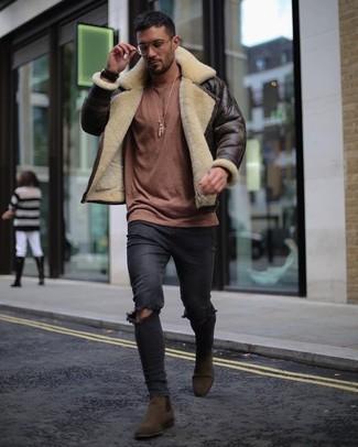 Comment porter: veste en peau de mouton retournée marron foncé, pull à col rond marron, jean skinny déchiré noir, bottines chelsea en daim marron foncé