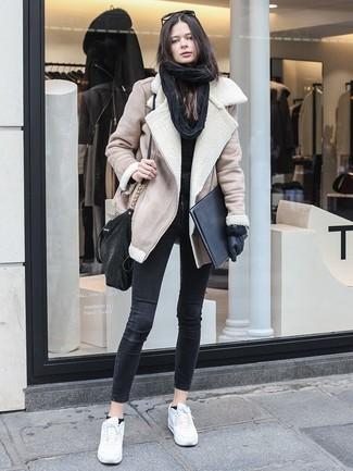 Comment porter: veste en peau de mouton retournée beige, pull à col rond noir, jean skinny noir, baskets basses en cuir blanches