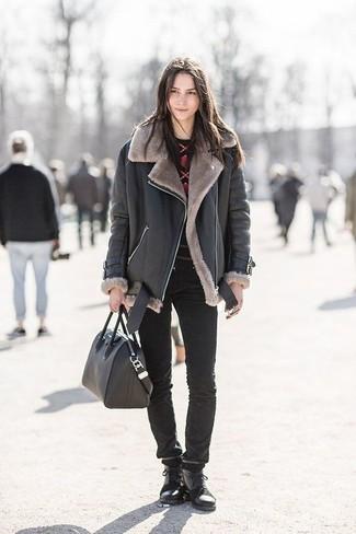 Ce combo d'une veste en peau de mouton retournée noire et d'un grand sac te permettra de garder un style propre et simple en dehors des horaires de bureau. Une paire de des bottines plates à lacets en cuir noires apportera un joli contraste avec le reste du look.