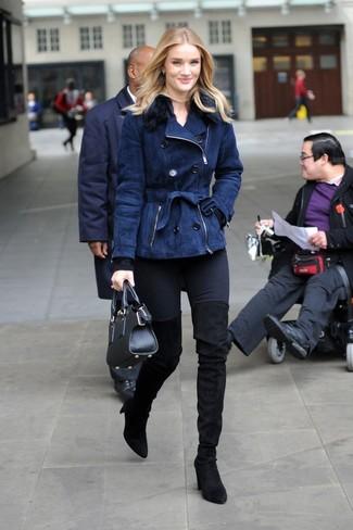 Comment porter: veste en peau de mouton retournée bleu marine, pull à col rond noir, jean skinny noir, cuissardes en daim noires
