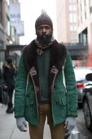 Comment porter: veste en peau de mouton retournée verte, pull à col rond vert foncé, jean skinny marron, bonnet en tricot marron foncé