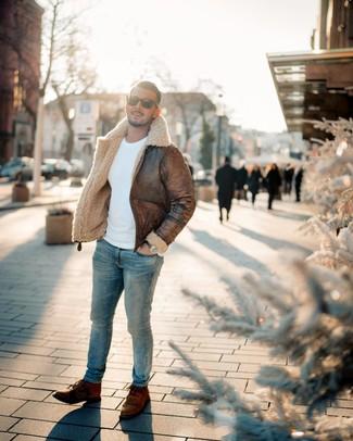 Comment porter: veste en peau de mouton retournée marron, pull à col rond blanc, jean skinny bleu clair, bottes de loisirs en cuir marron