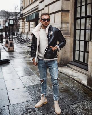 Comment porter: veste en peau de mouton retournée noire et blanche, pull à col rond blanc, jean skinny déchiré bleu clair, bottines chelsea en daim beiges