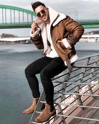 Comment porter une veste: Choisis une veste et un jean skinny noir pour un look de tous les jours facile à porter. Jouez la carte classique pour les chaussures et choisis une paire de des bottines chelsea en daim marron.