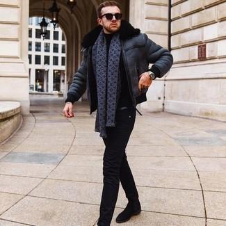 Comment s'habiller en hiver: Pense à associer une veste en peau de mouton retournée bleu marine avec un jean skinny noir pour un déjeuner le dimanche entre amis. Complète cet ensemble avec une paire de bottines chelsea en daim noires pour afficher ton expertise vestimentaire. Ce look est un bel exemple de la tenue bien hivernale.