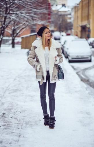 Comment porter: veste en peau de mouton retournée beige, pull à col rond imprimé gris, leggings noirs, baskets montantes en cuir noires