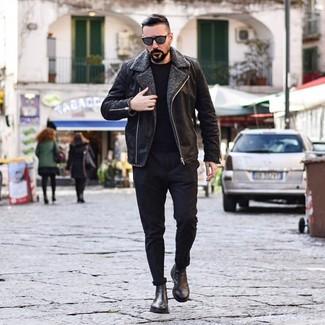 Comment porter: veste en peau de mouton retournée noire, pull à col rond noir, pantalon chino noir, bottines chelsea en cuir noires