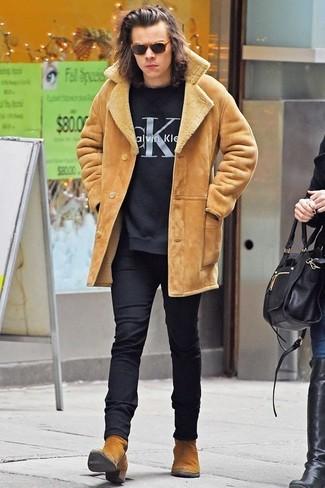 Tenue de Harry Styles: Veste en peau de mouton retournée marron clair, Pull à col rond imprimé noir, Pantalon de costume en laine noir, Bottines chelsea en daim marron clair